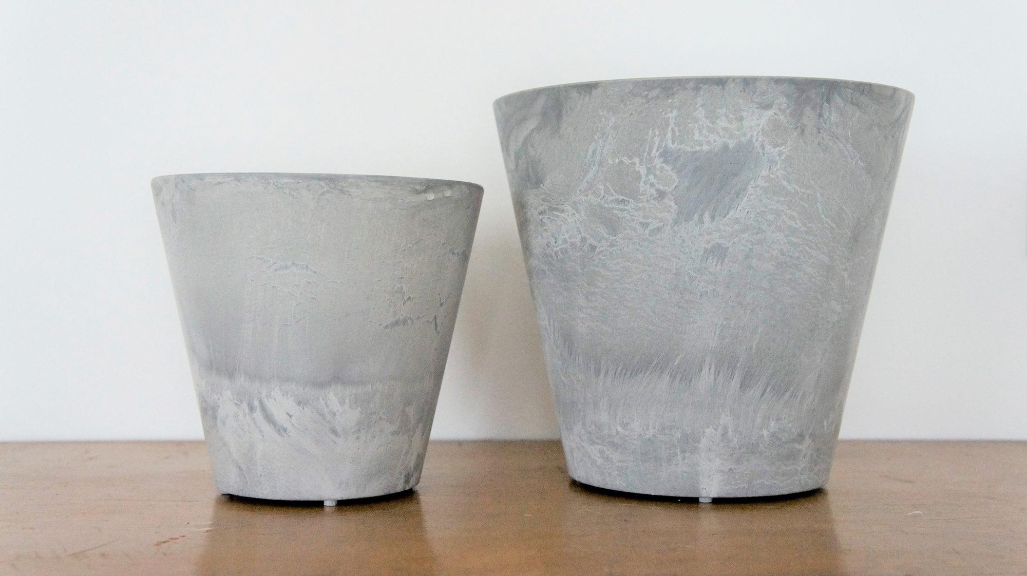 左はSSサイズ(直径16×高さ15.5cm・重さ約350g)、右はSサイズ(直径21.5×高さ19.5cm・重さ約600g)です。