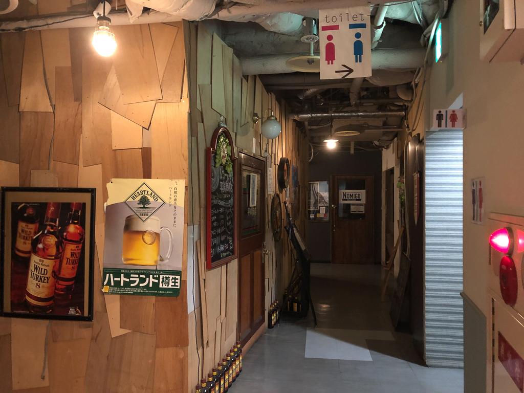 特に駅直結の「平岸ゴールデン街」はお酒好きの方にはたまらないスポット。商業ビルの中に一つの飲食店街があり、薄暗い雰囲気がワクワクさせてくれます。屋内にある施設なので、札幌の寒い冬にも外を出歩かずに、様々なお店を巡ることができます。