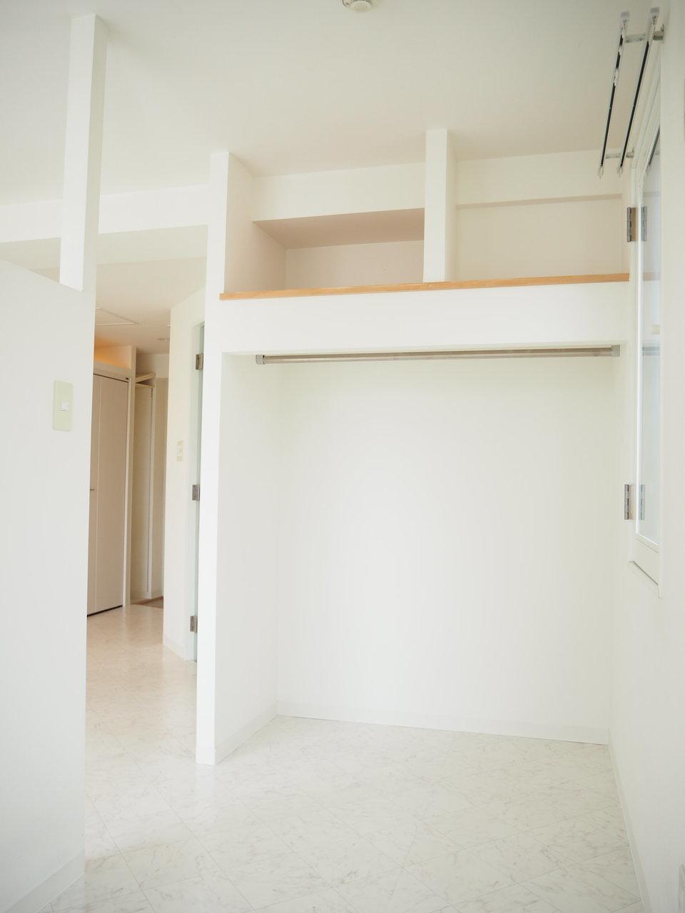 洋室部分には、オープン式の収納スペースもありました。