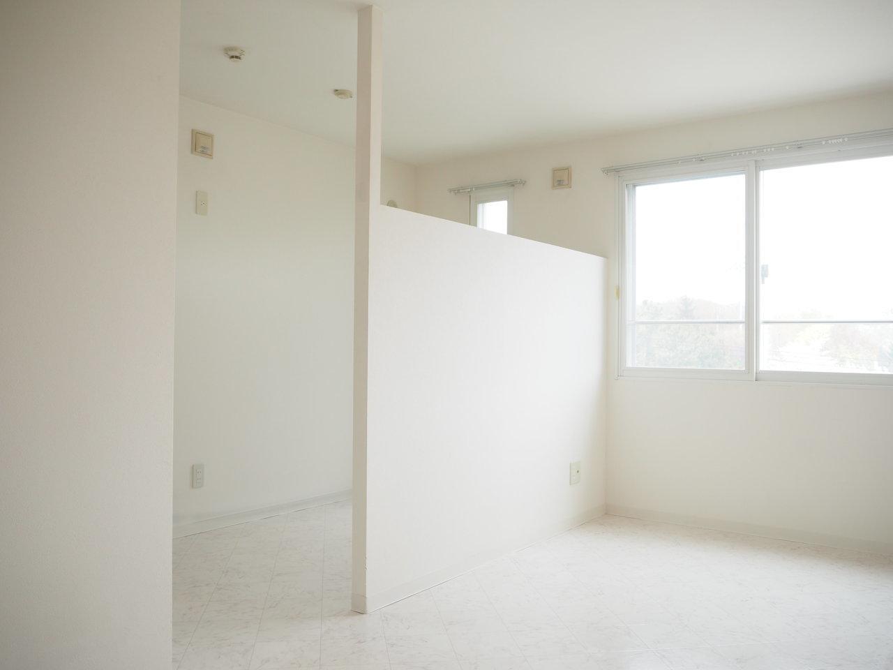 程よく仕切られた先には、寝室に使えそうな洋室が。扉を使わずともきちんと仕切られているのは意外といいかも。