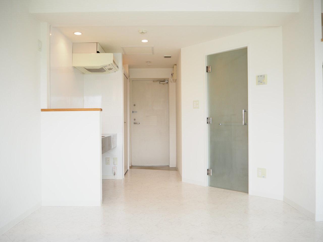 真っ白な壁、真っ白な床が清潔感溢れる、1LDKのお部屋。