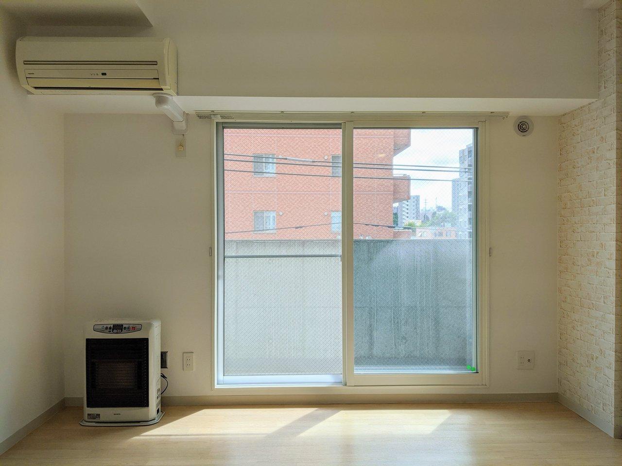 お部屋の窓は南東向きなので日中はとても明るいですよ。
