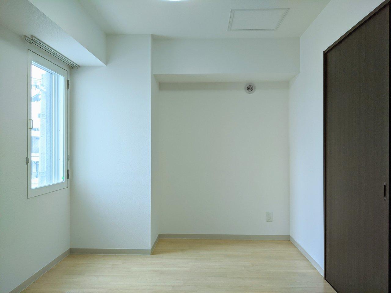 約5畳の洋室は寝室に。クローゼットと小窓がついていて便利そう。