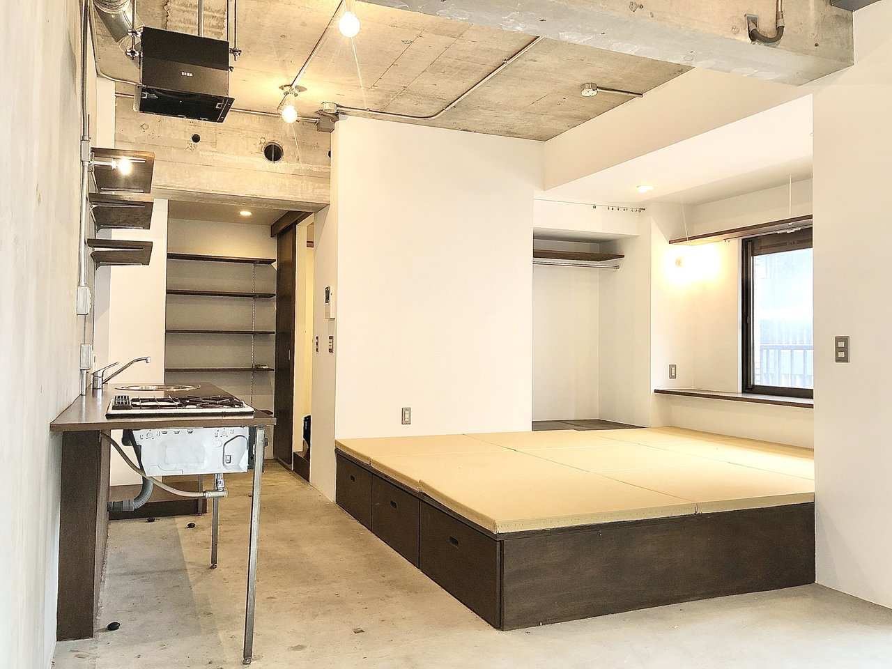 蔵前駅徒歩2分の立地、和モダンにリノベーションされた13.8畳のワンルーム物件。天井も高く、開放感がありますね。