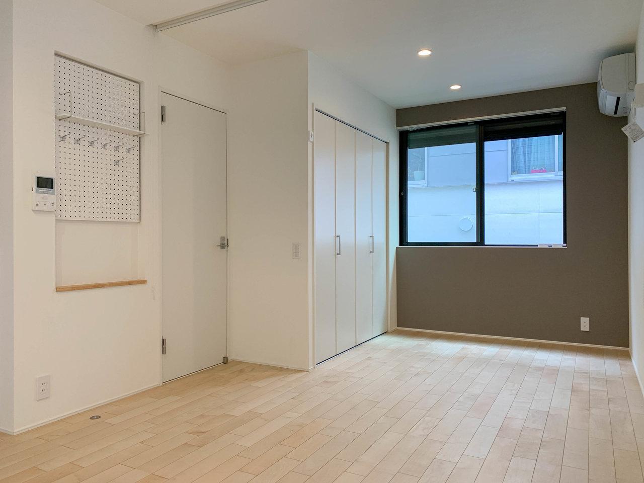 部屋奥にある収納スペースも広々としています。手前はシューズボックスと有孔ボード。飾り棚にしたり、カギなどの実用品を保管する場所にしたり。使い勝手はいろいろ!