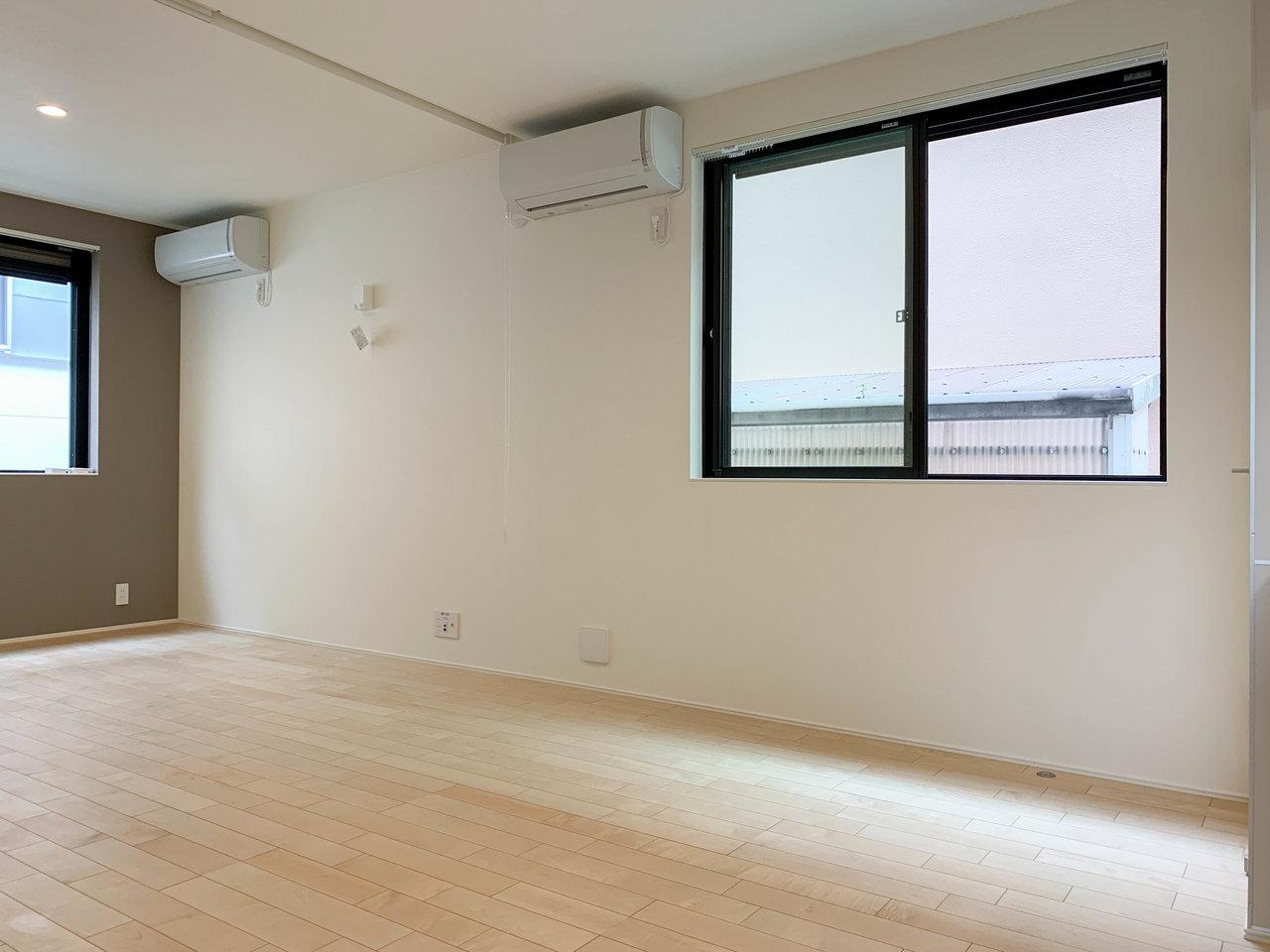 奥の部屋と手前はロールスクリーンで仕切られるようになっています。エアコンが2機あるのもうれしい。もちろん仕切りをなくして、広々ワンルームとして使ってもOK!