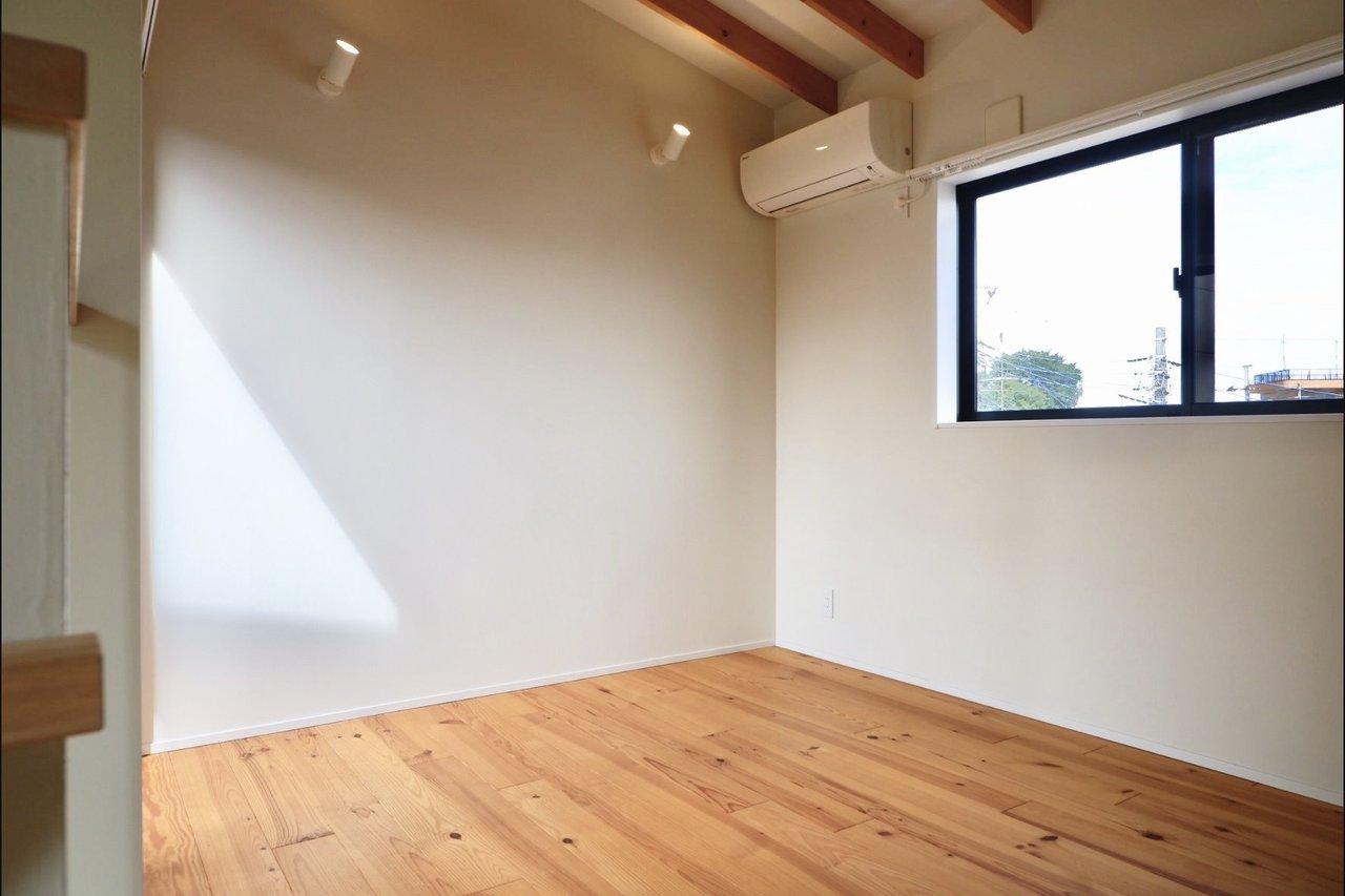 2階は寝室に。天井が高く開放的です。梁も味がいいですね。オープンクローゼット付きです。