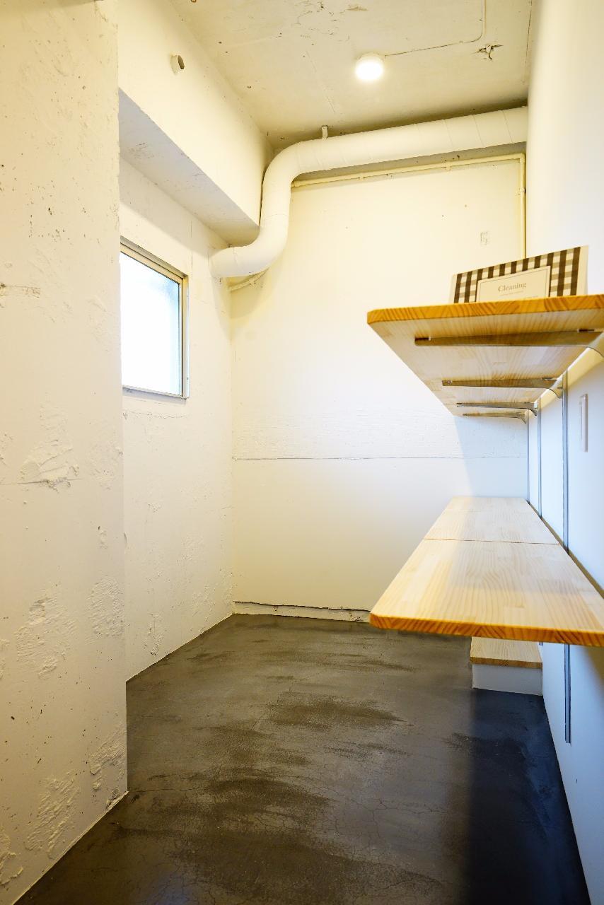 玄関付近には、可動式の棚付きの土間スペース。椅子を持ってきて、本や書類を置いたら、もうそこはあなたの仕事部屋。