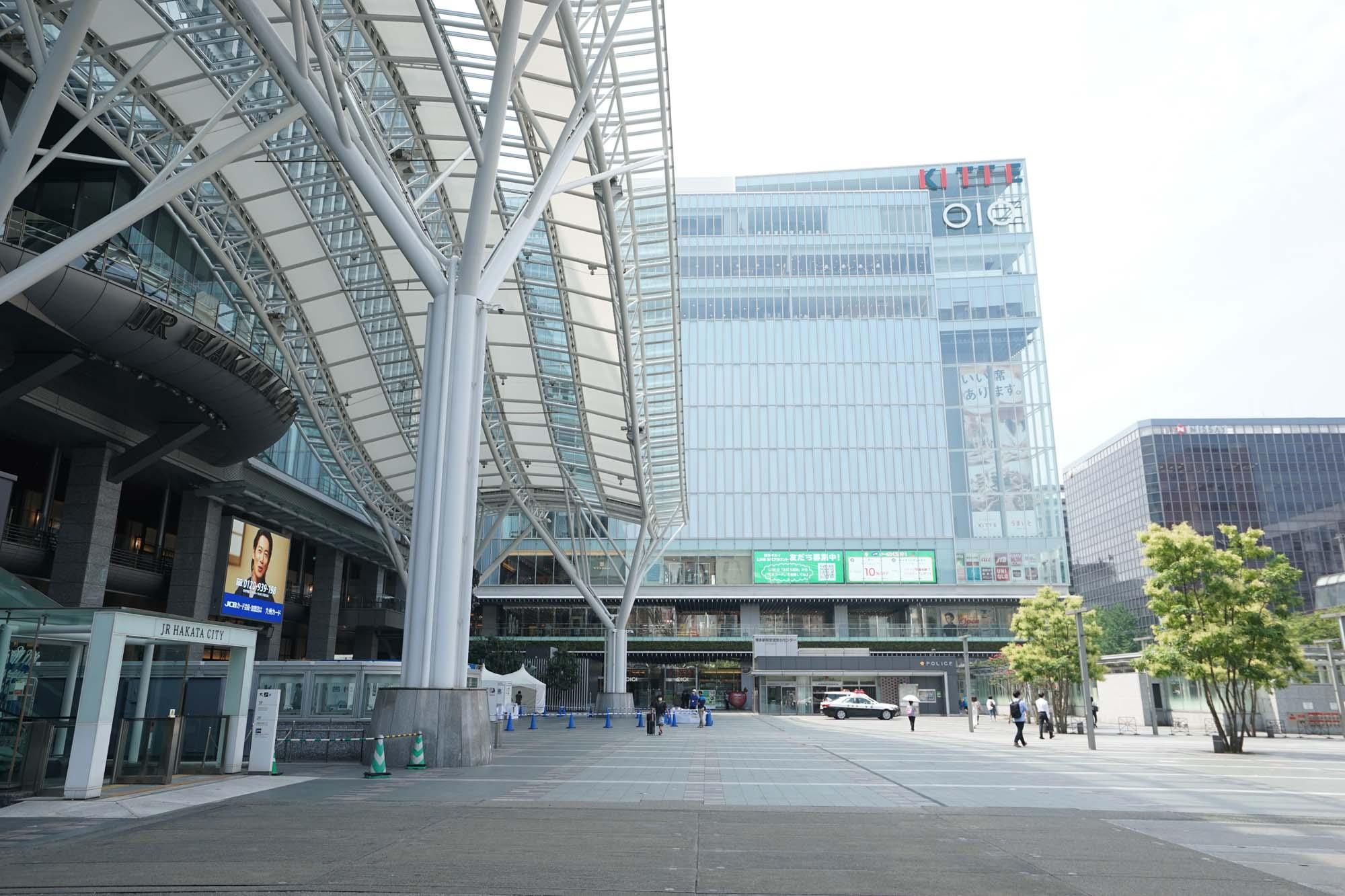 こちら、JR博多駅の博多口。KITTE、博多マルイ、阪急百貨店が集結し、飲食店も多数。映画館までが駅ビル内にあるため、もはやどこにも行かなくても博多駅だけで完結してしまうほど。