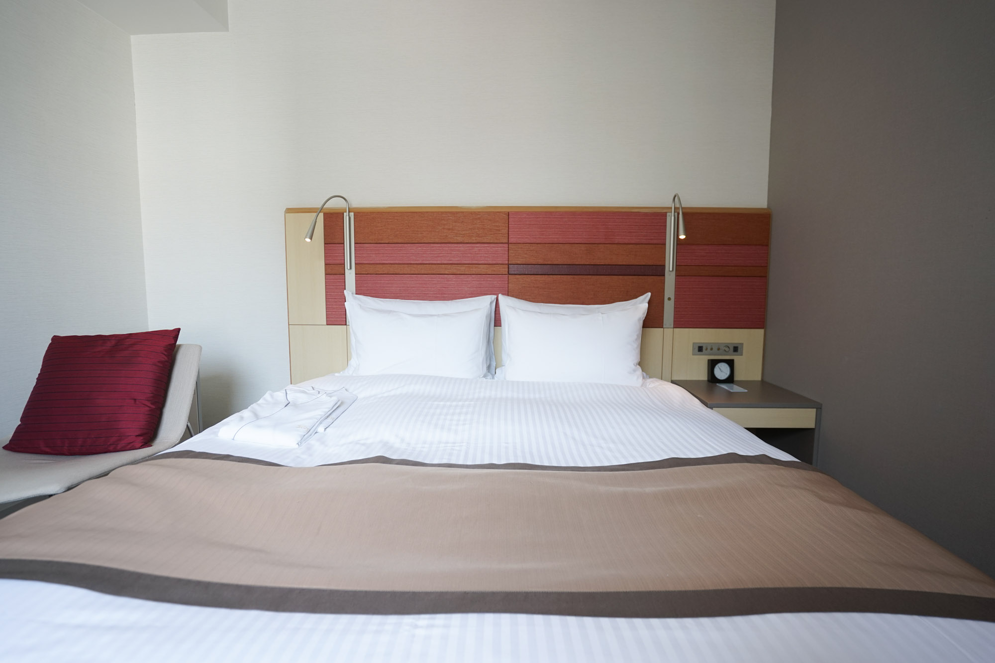 シモンズ社のふかふかのダブルベッド!ゆったり贅沢に、毎日しっかりと睡眠をとれそうです。