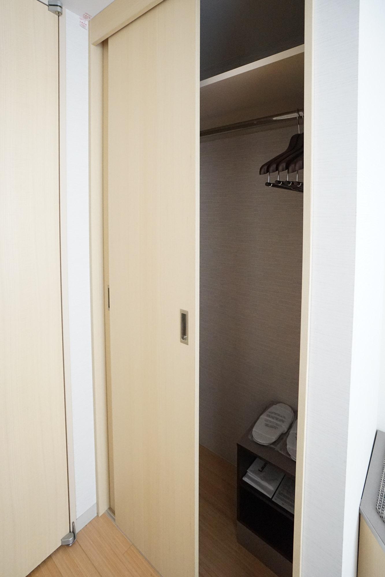 クローゼットは玄関ドア横のこちらに。