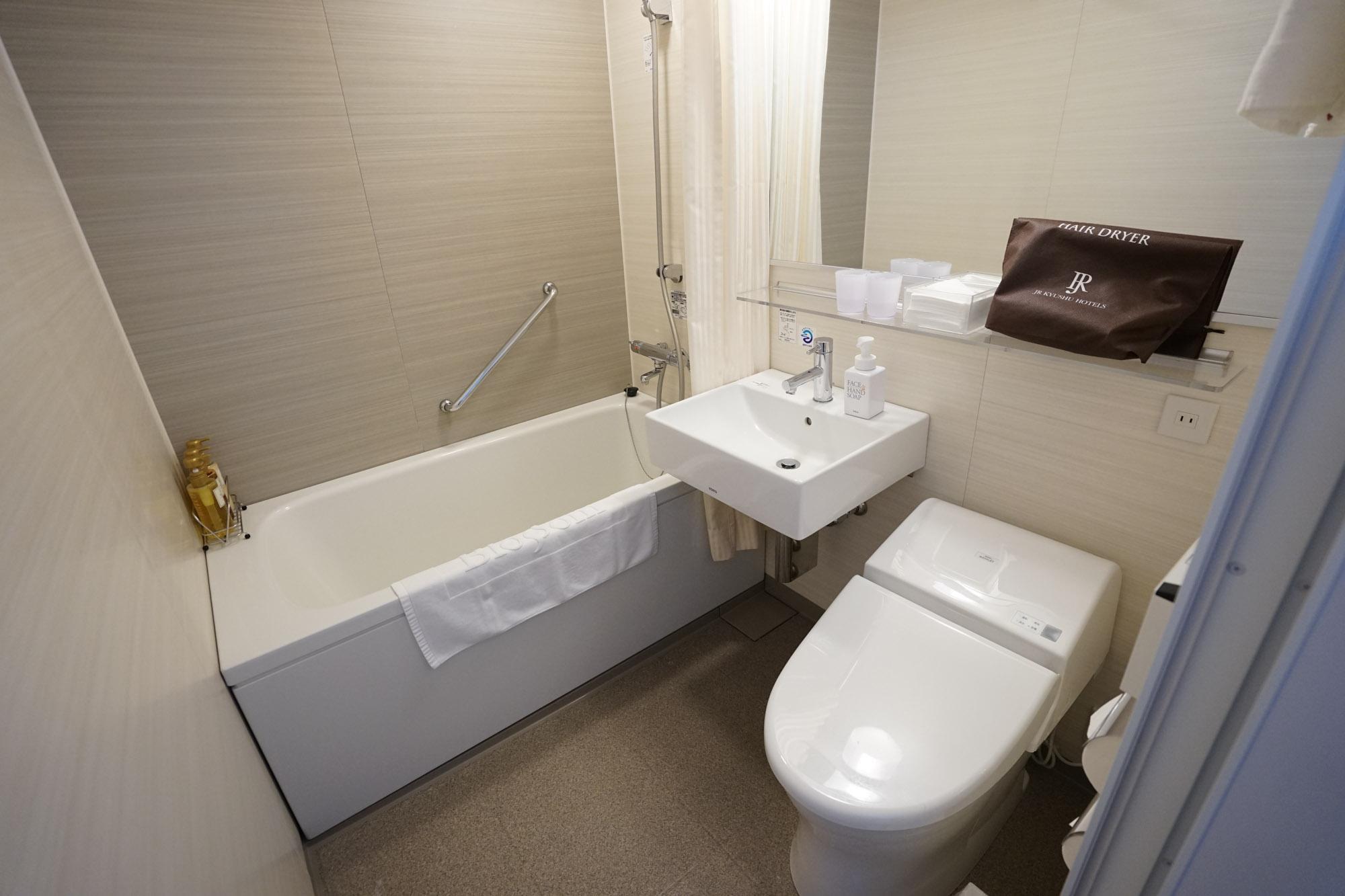 お風呂はこちら。3点ユニットバスですが、バスタブや洗面台など、広々としたつくりです。