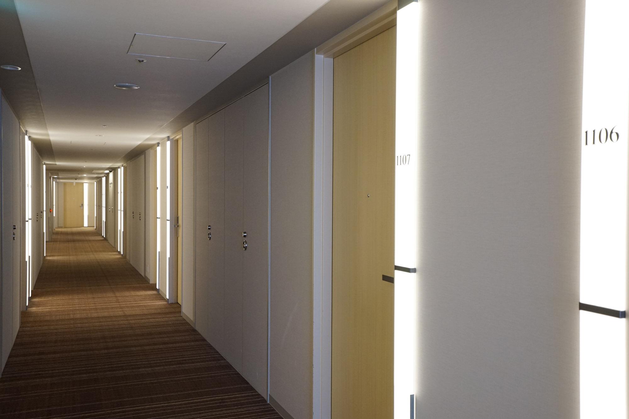 共用廊下も、照明がいい感じでおしゃれです。