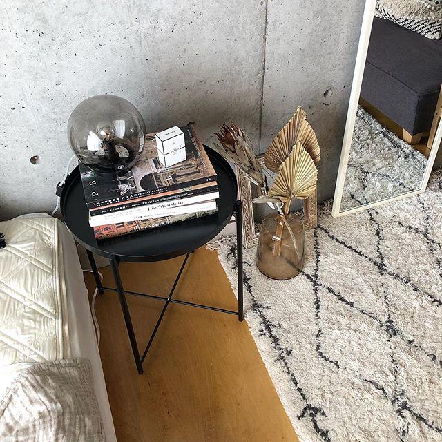 ベッドサイドテーブルには、おしゃれに本やドライフラワー、ライトを配置して。テーブルとライトはIKEAのもの。