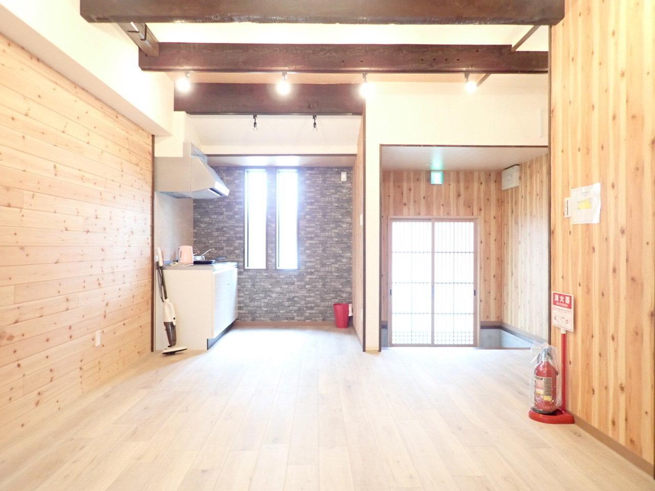 木製の壁が一面に広がる、2DKテラスハウス。天井が高くて気持ちがいい!