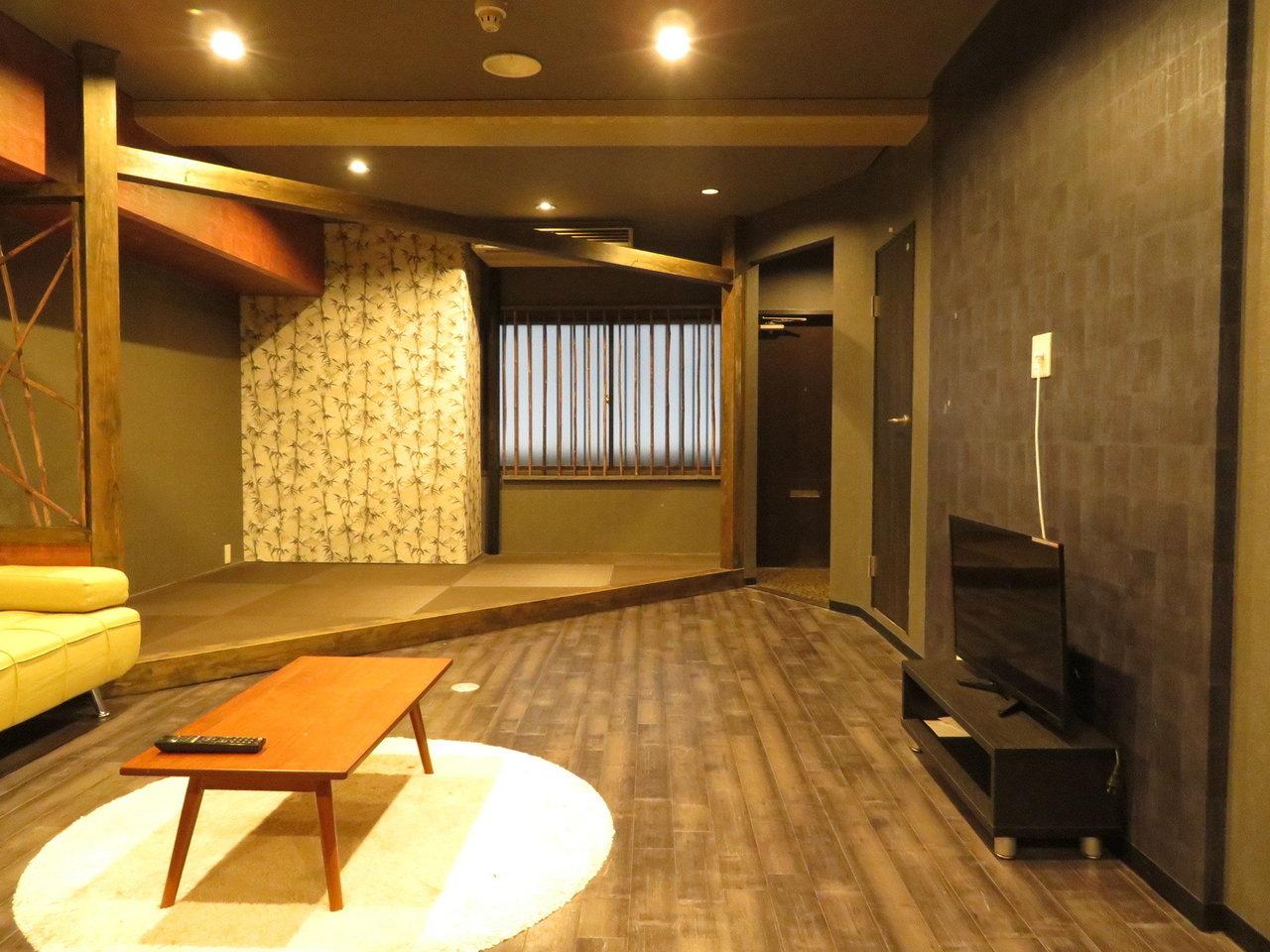 16畳のリビングと、9.4畳の洋室がついた、広々1LDK。全体的に落ち着いた雰囲気に仕上がっている、リノベーション物件です。