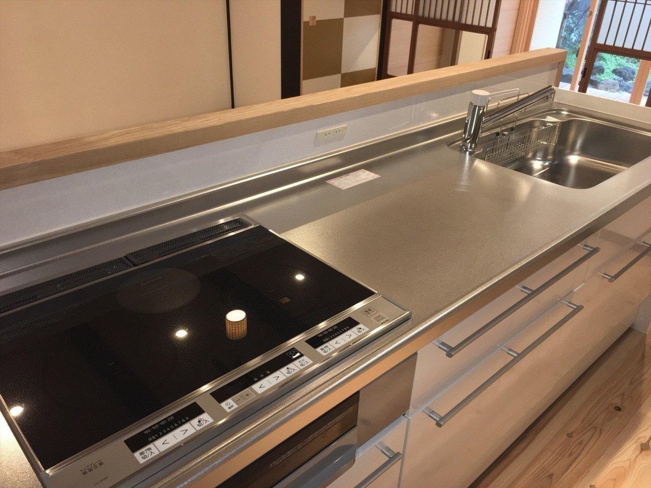 キッチンもIHコンロ付きの広々としたシステムキッチンに。