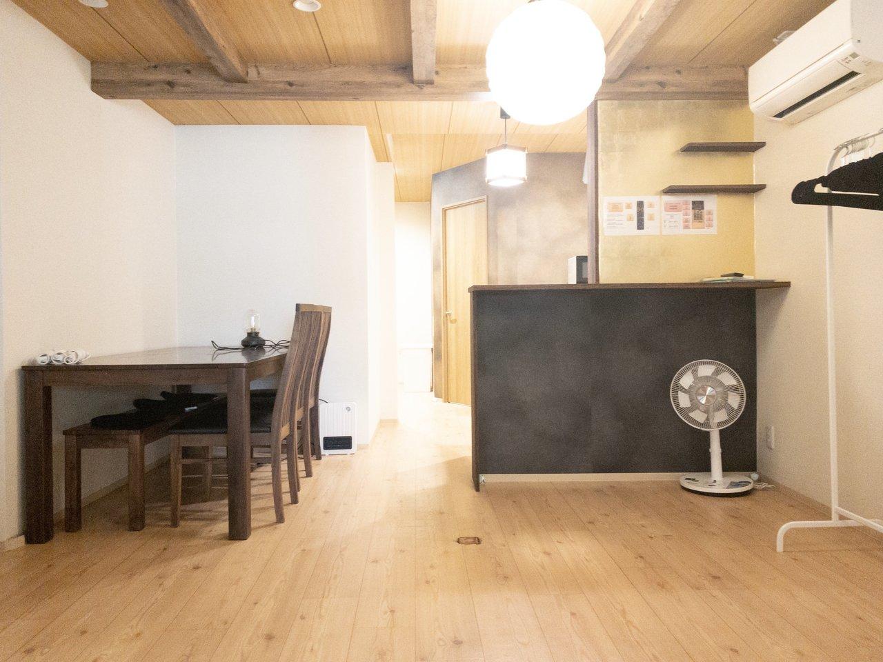 15畳あるリビングには、カウンターキッチンが。家具家電もついているので、荷物が少なく入居できるのはうれしいですね。