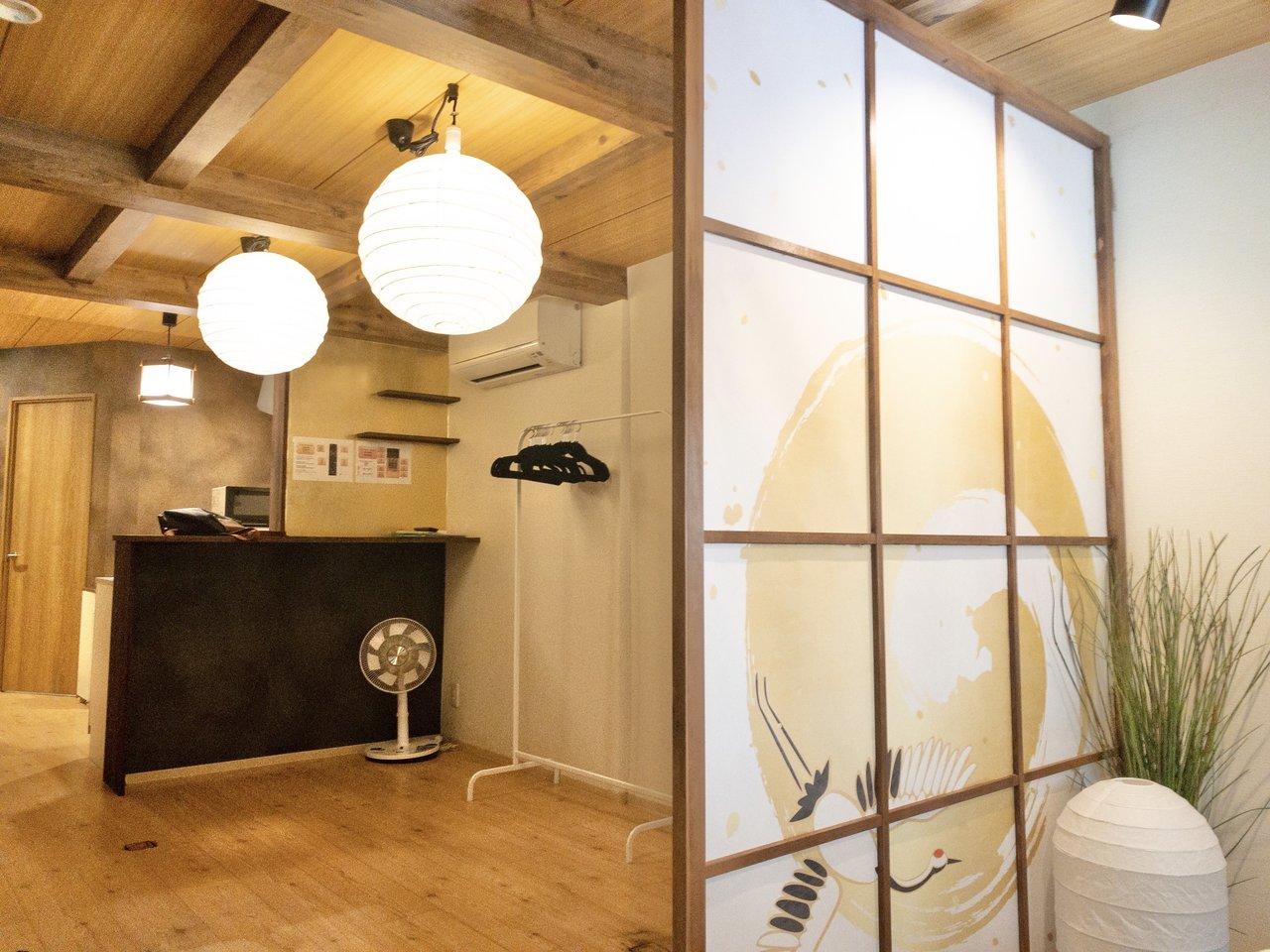 玄関から入ると、温かみのある和紙の照明と、鶴の屏風がお出迎えしてくれます。