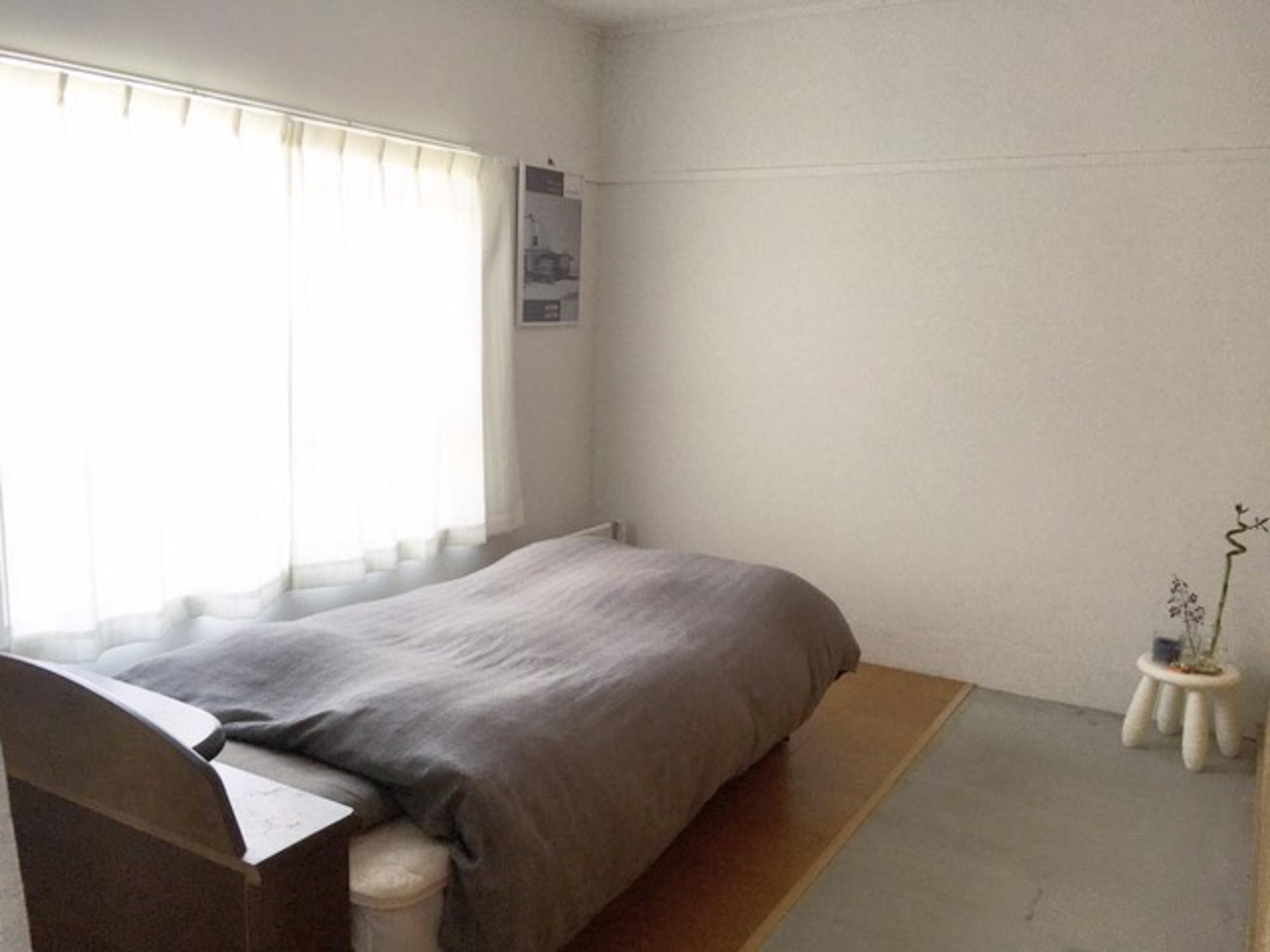 ベッド周りにはなるべくものを置かず、シンプルに整えたお部屋(photo:@jam_154)