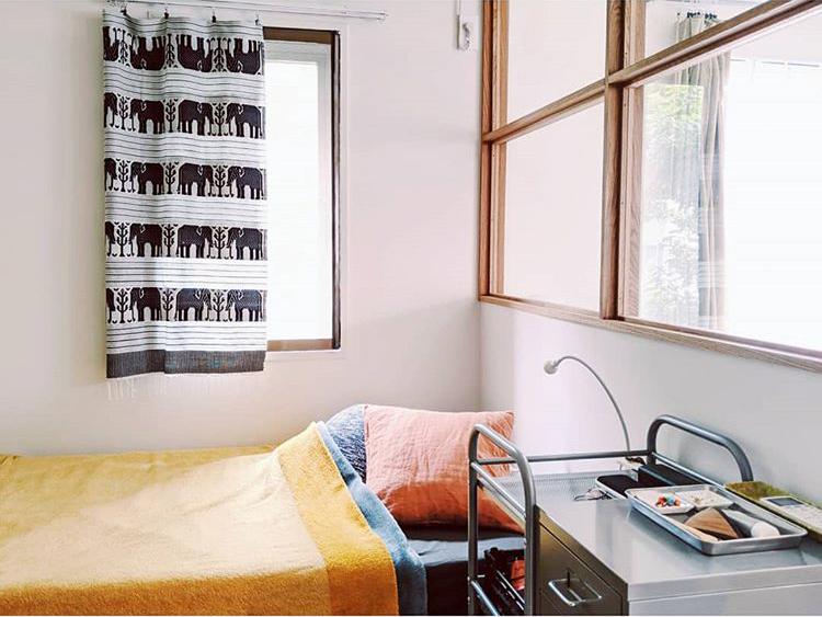 お隣、6畳のベッドルームも、室内窓のおかげで開放感があり快適そう。大きなウォークインクローゼットもついているそう。