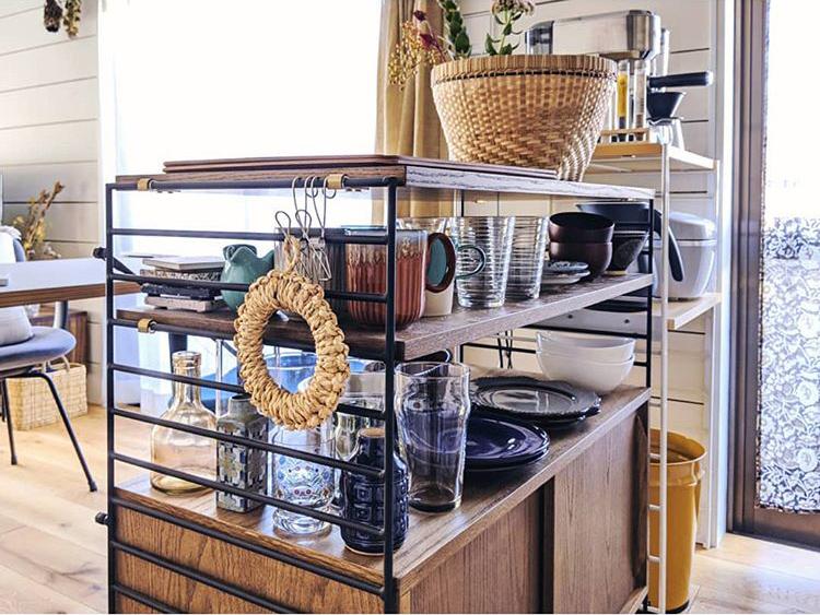 ダイニングテーブルとキッチンとの間に置いている食器棚は、Re:CENOのユニットシェルフ「R.U.S」。よく使う食器はオープンに、それ以外のものはクローズにしまっておける、バランスのいいシェルフです。