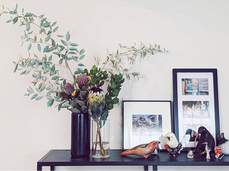 鳥たちのオブジェが集まった飾り棚。お花も、お部屋にアクセントを与える大事な要素です。