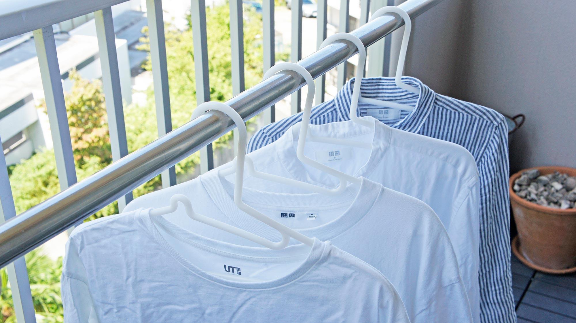 お気に入りの服をより長く楽しめる。無印良品の「Tシャツの首まわりが伸びないハンガー」