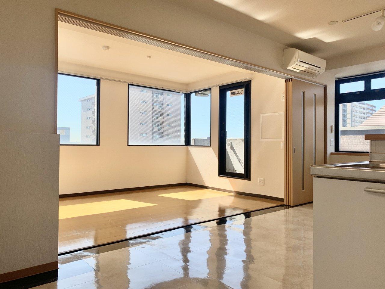こちらのお部屋は11畳のリビングダイニングと、6.6畳の洋室が引き戸でつながっているタイプの間取り。そのため、引き戸を開け放せばより開放的な空間を作ることができるんです。