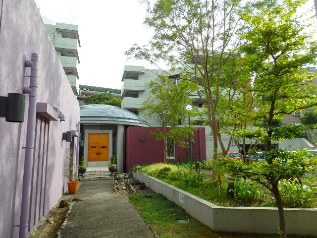 建物の中庭もかなり作り込まれた雰囲気。お部屋に帰ってくるのが楽しみになりそうです。