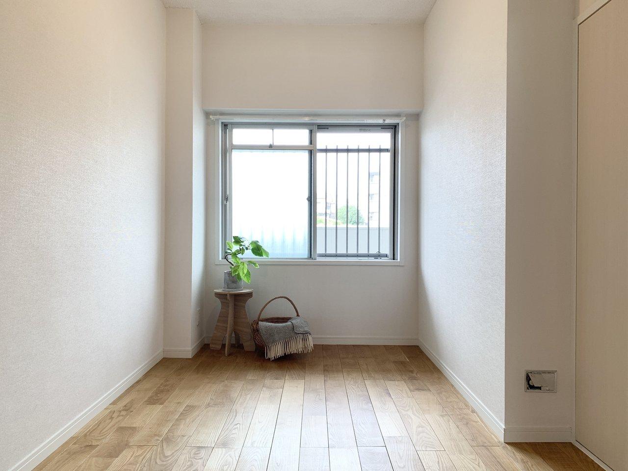 小窓のついた5畳の洋室。収納スペースもかなり大きいので、家族の荷物も難なくしまえそうです。