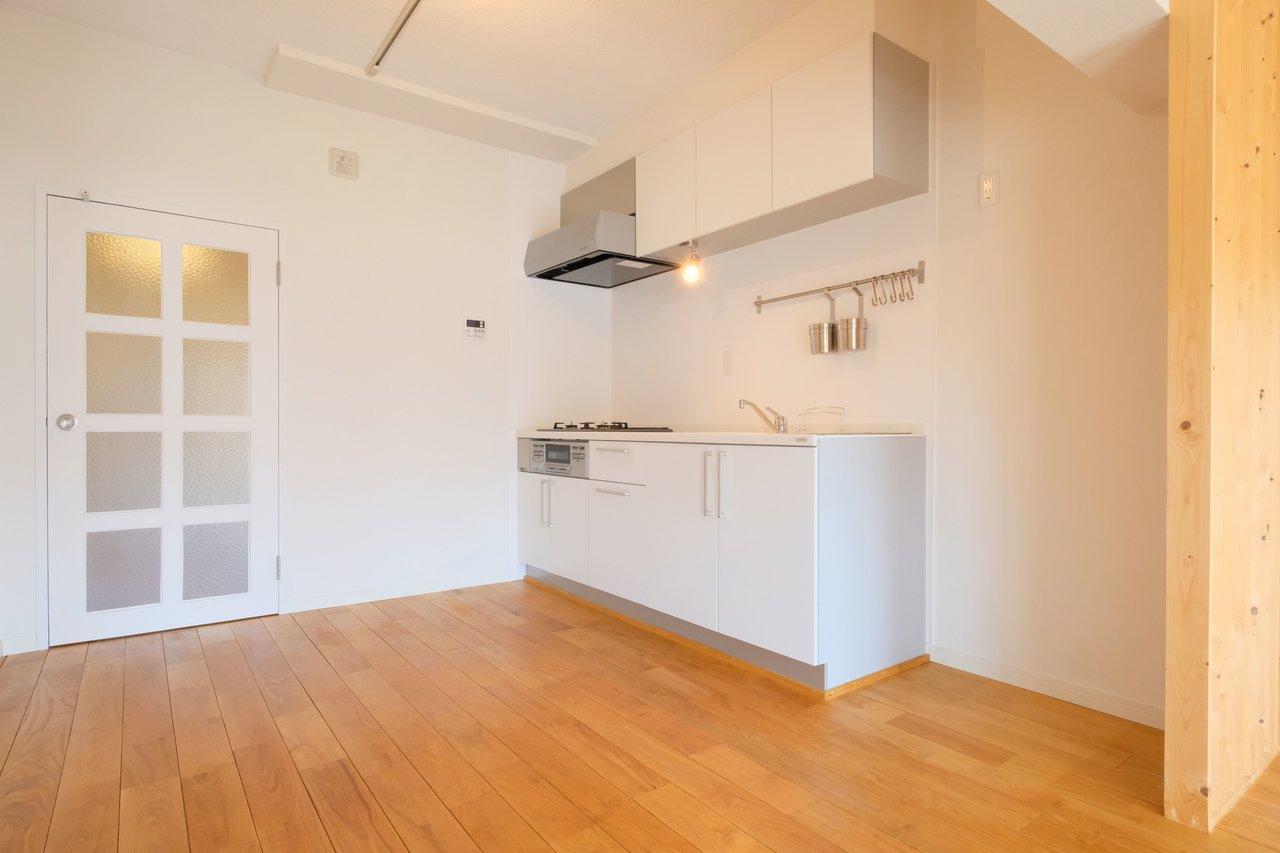 キッチンも白で統一されたおしゃれなデザインで、スペースも十分。3口コンロ+グリルはうれしいですね。