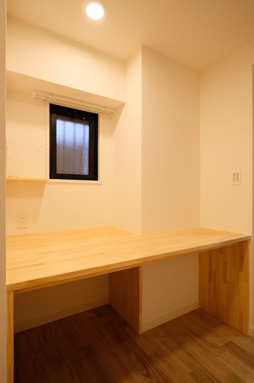 個室と玄関の間には、書斎スペースが。コンセント付きなので、仕事場にしたり、作業スペースにしたり。家族で話し合って使い道を決めてくださいね。