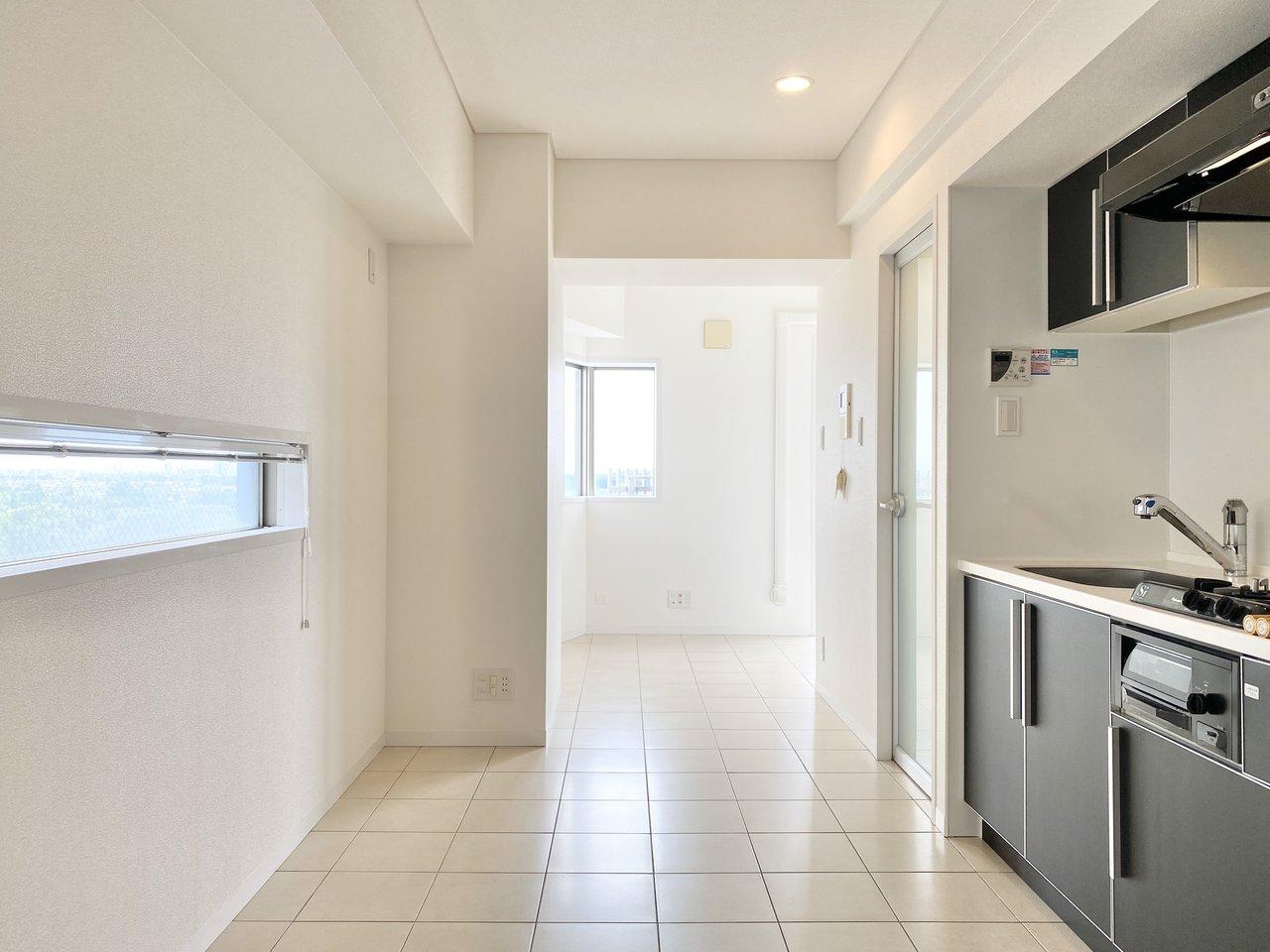吉祥寺駅から徒歩3分という、ナイスな立地にあるワンルーム物件。床や壁が白で統一された、清潔感のあるお部屋です。