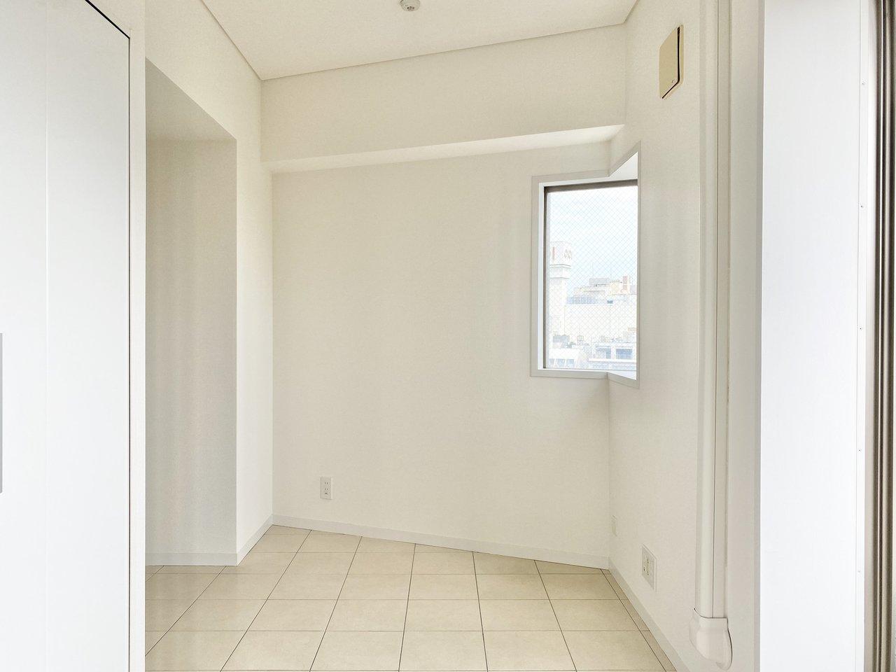 リビングはL字型になった、14畳の広さがあります。仕切りはなくとも、コーナーそれぞれに、寝室・ワークスペース・ダイニング、などのインテリアを置けば、空間を分けられるところもポイント。