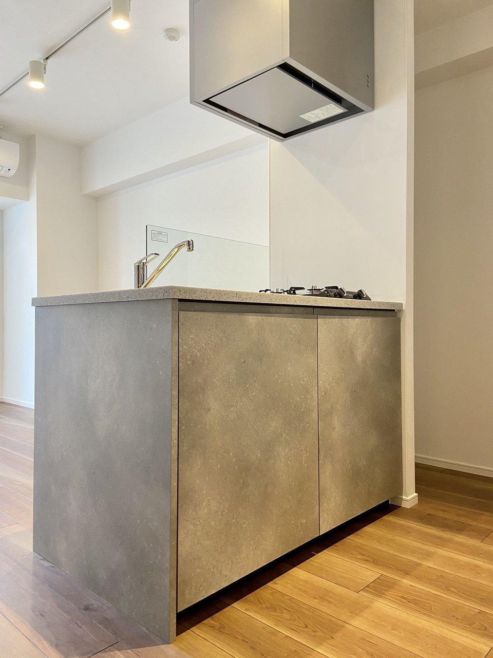 カウンターキッチンも、すっきりとしたデザインでいいですね。窓の外を見ながらゆっくり調理する時間を持ちたいなぁ。