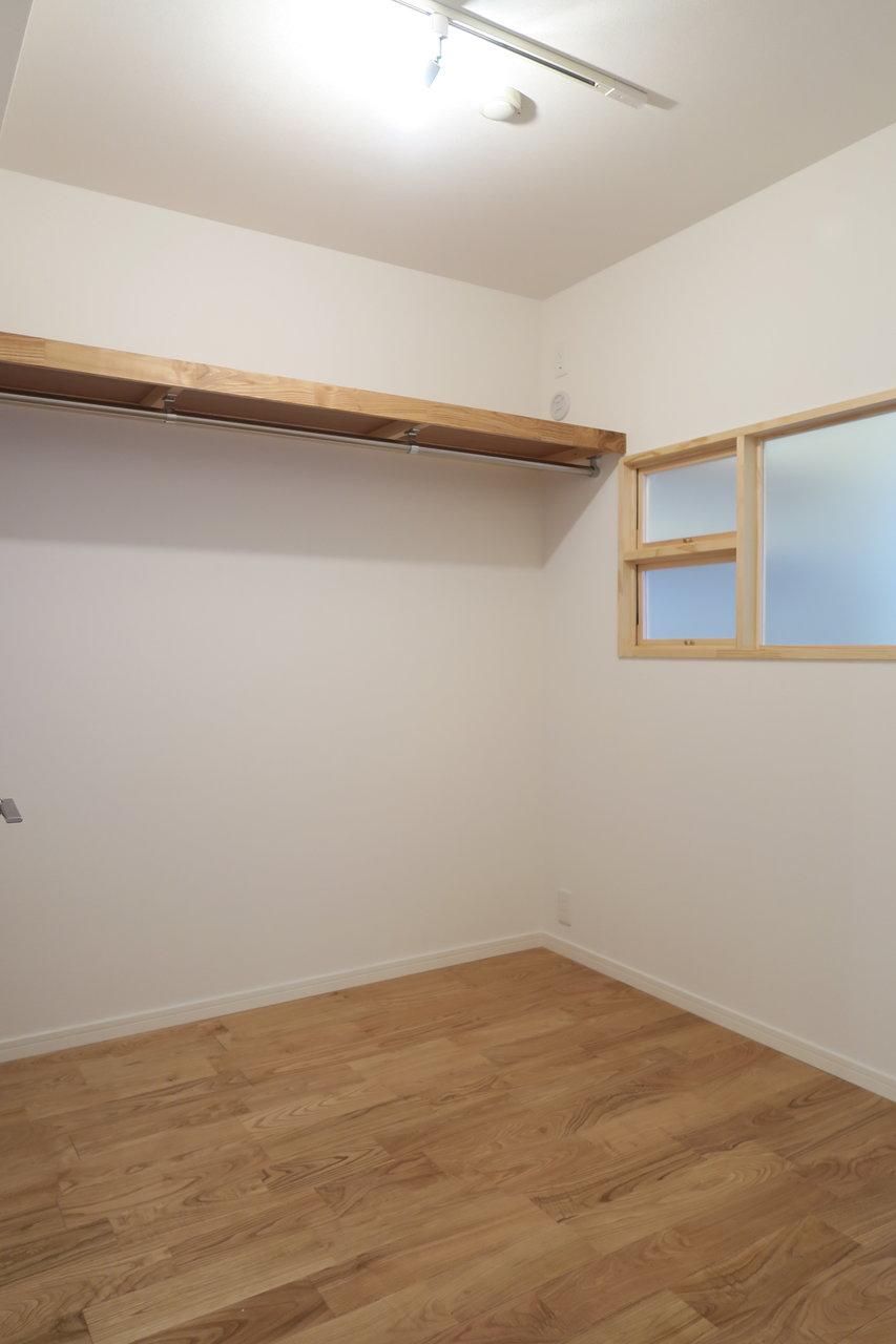 ウォークインクローゼットは、なんと3.5畳もあるんです。もう一つの部屋みたい。デスクを持ち込んで、ワークスペースとして使っても面白そう。