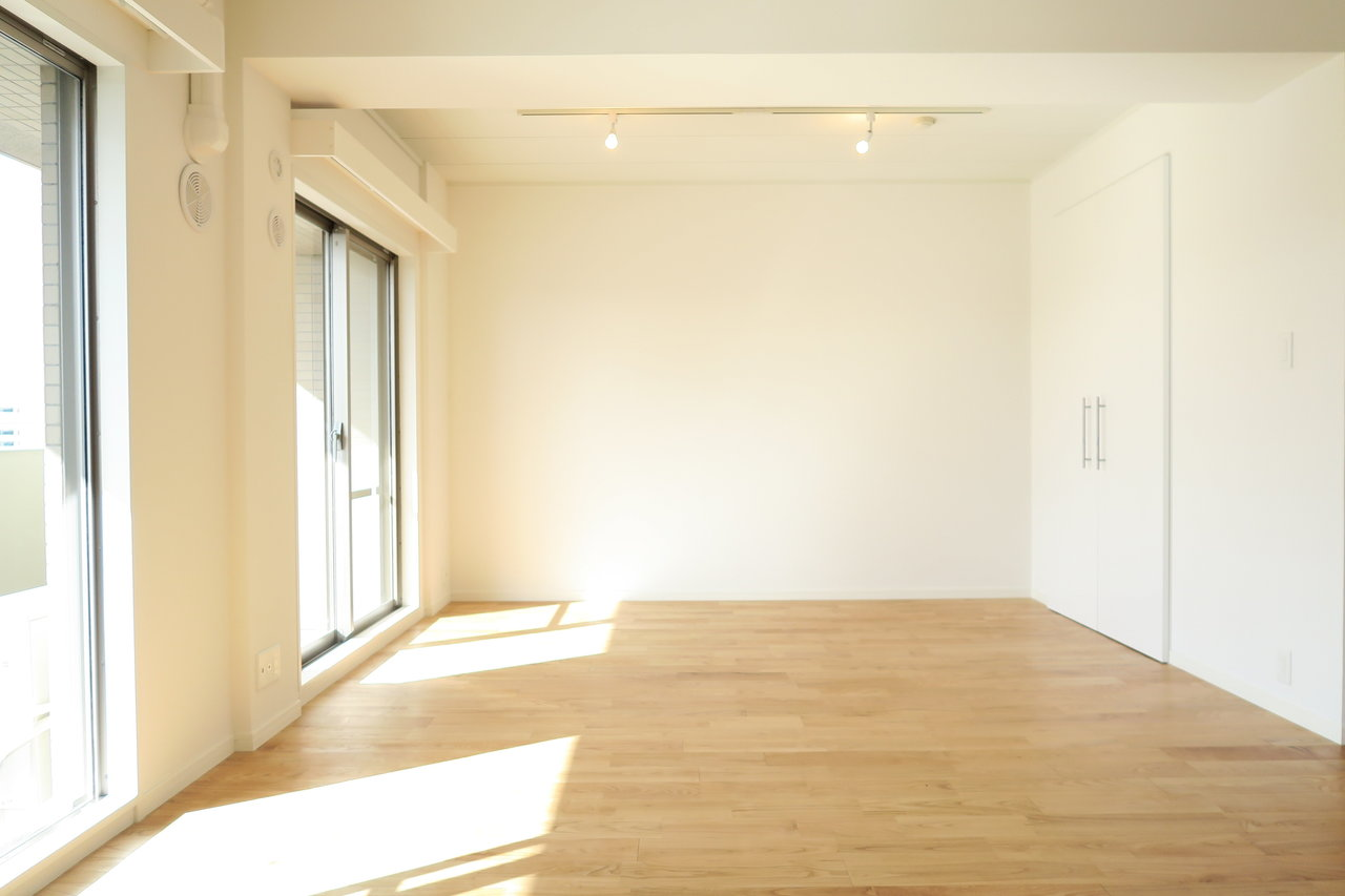 最後は、グッドルームのオリジナルリノベーション「TOMOS」仕様のお部屋です。15.5畳あるリビングには、窓が二つ。明るい光がいつも差し込みます。