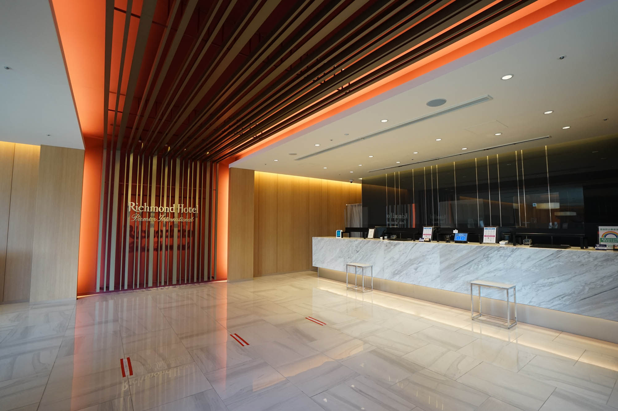 ホテル専用のエレベーターでロビー階へ。和を意識しながらモダンで洗練された空間が広がっています。