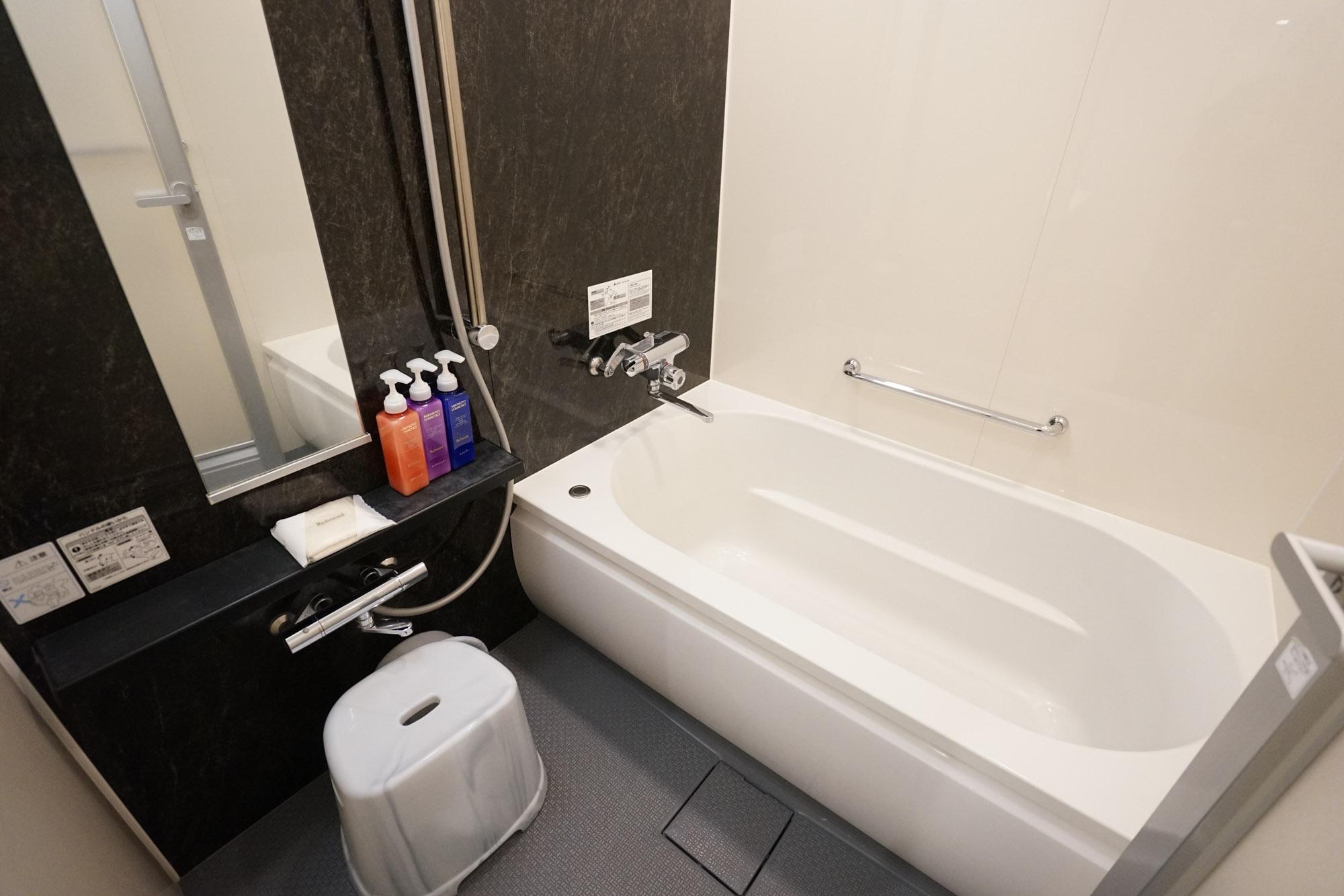 お風呂とトイレもきっちりセパレートです。足を伸ばして楽しめる、大きな浴槽。