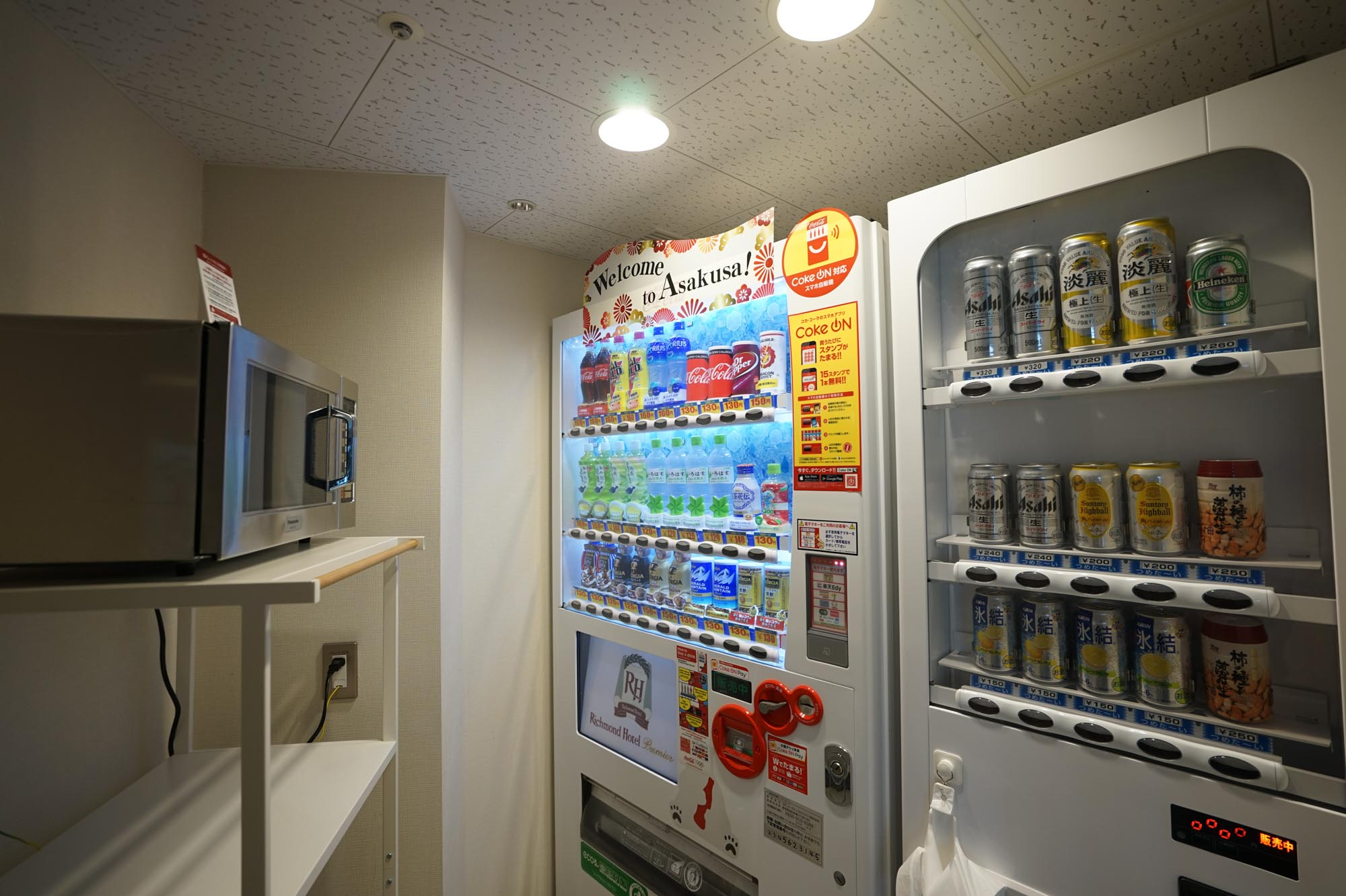 自販機コーナーにはアルコールも。電子レンジがあるのは、長期滞在にはとってもありがたいですね。