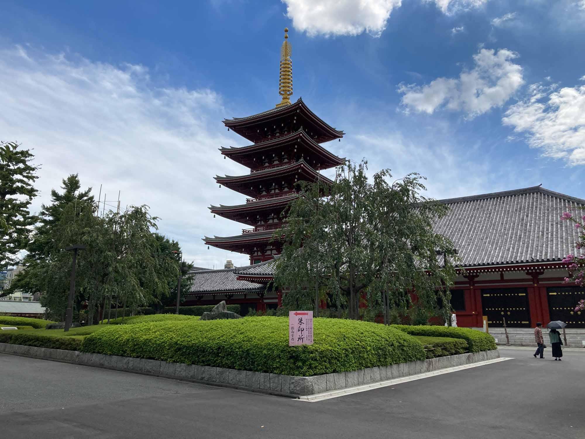 そして、ほぼお隣にある浅草寺。観光客でいっぱいかと思いきや、雷門から少し離れている五重の塔付近は静かで落ち着いていて、ちょっと仕事に疲れた時の息抜きに、散歩に来るのが気持ちよさそうだと感じました。