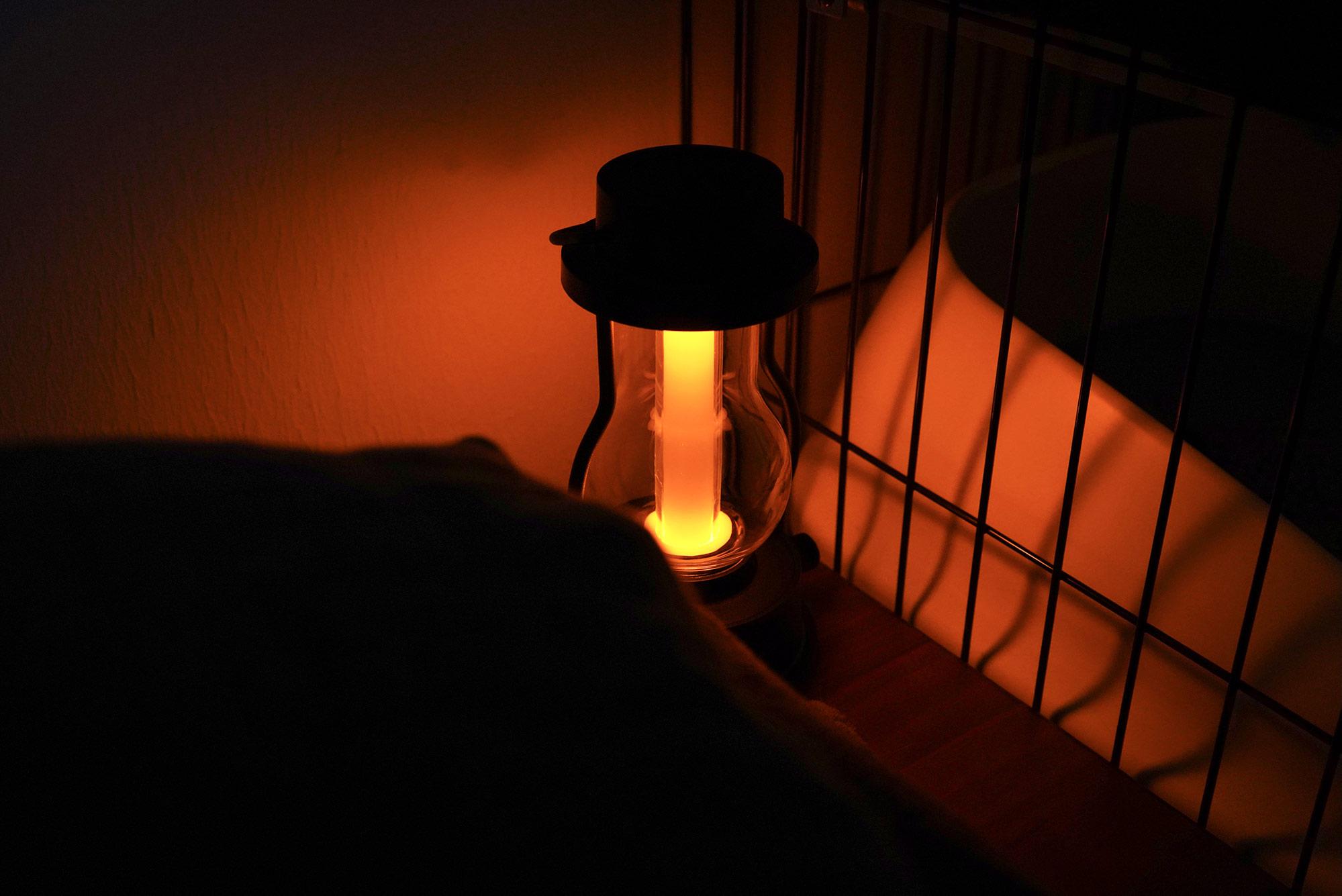 ベッドサイドに置けるサイズ感。寝付きが悪い日は常夜灯として使っています。