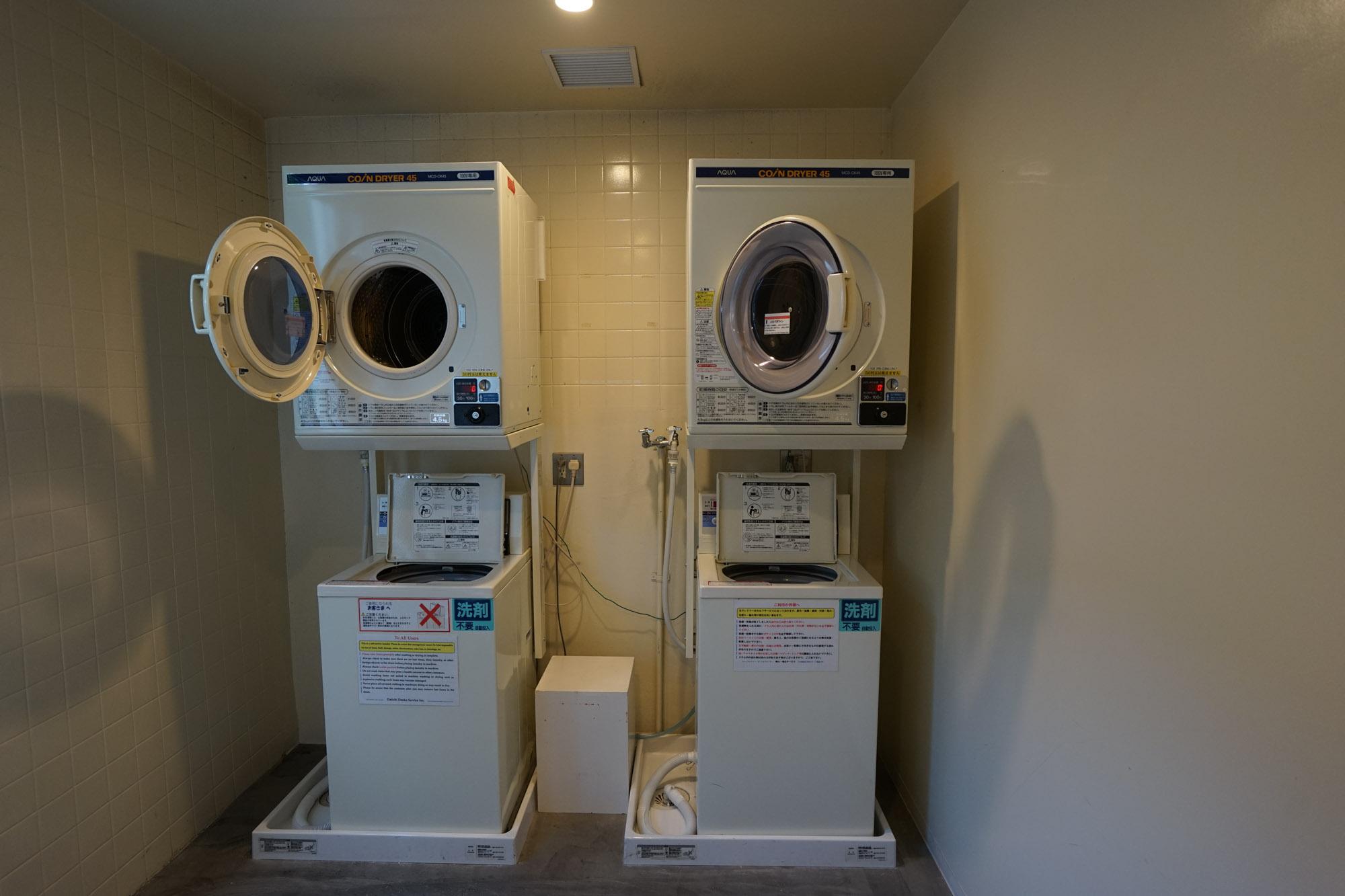 洗濯と乾燥がセパレートのタイプ。乾燥機は分数に合わせて料金を投入するので少量なら安くすみます(このホテルはこちら)