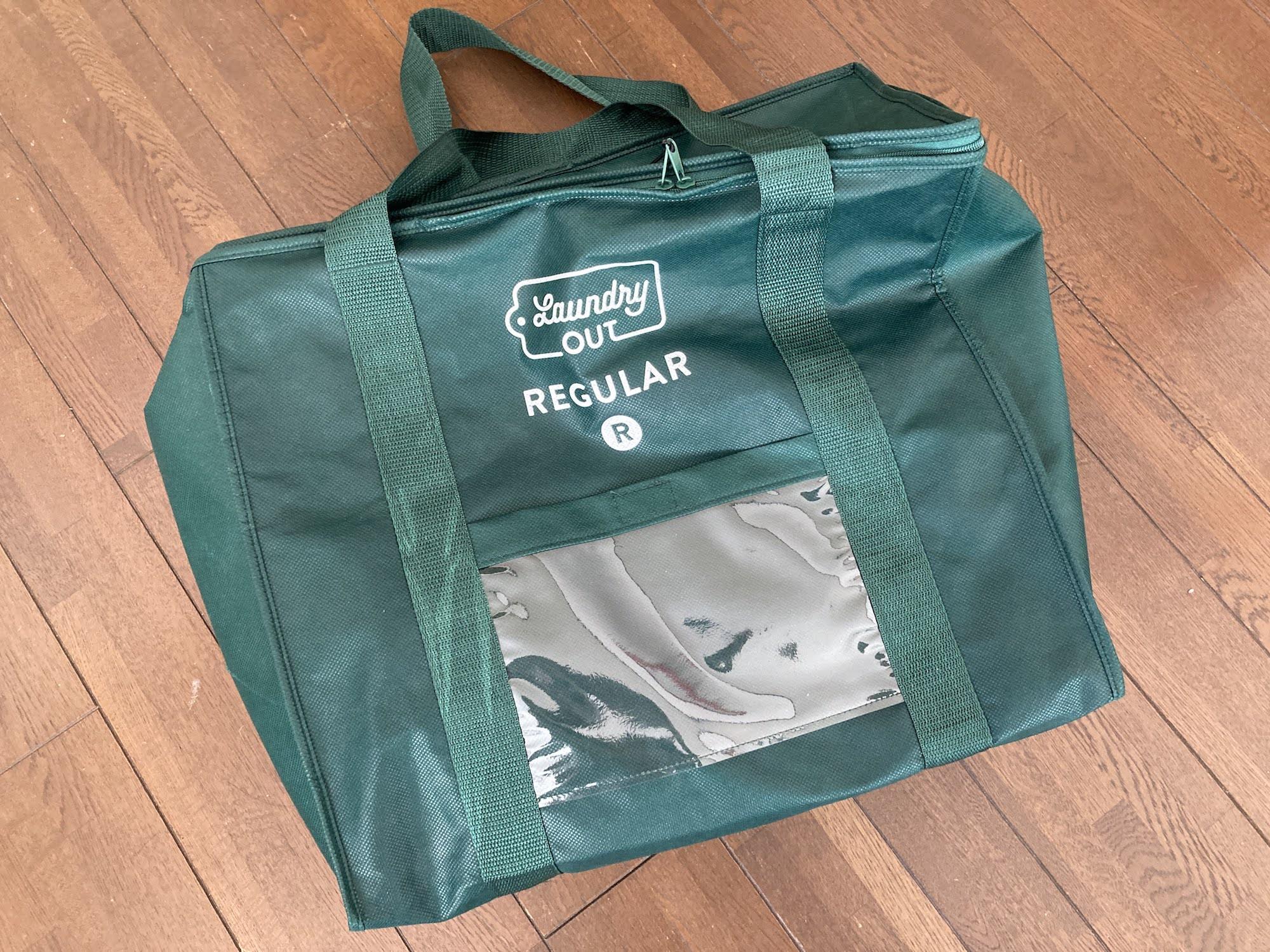 洗濯代行サービス『Laundry OUT』のランドリーバッグ。この袋に洗濯物をつめ放題なので、宅配クリーニングよりお得に利用できます。