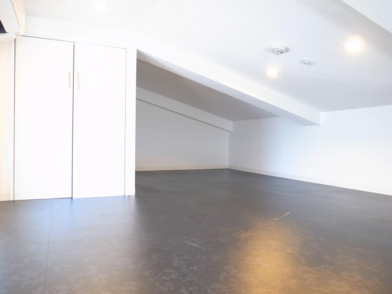 安定した階段を上がっていくと、ロフトへ。ここだけで7.8畳。天井は低めですが収納スペースやエアコンもあるので、使い勝手は良さそう。