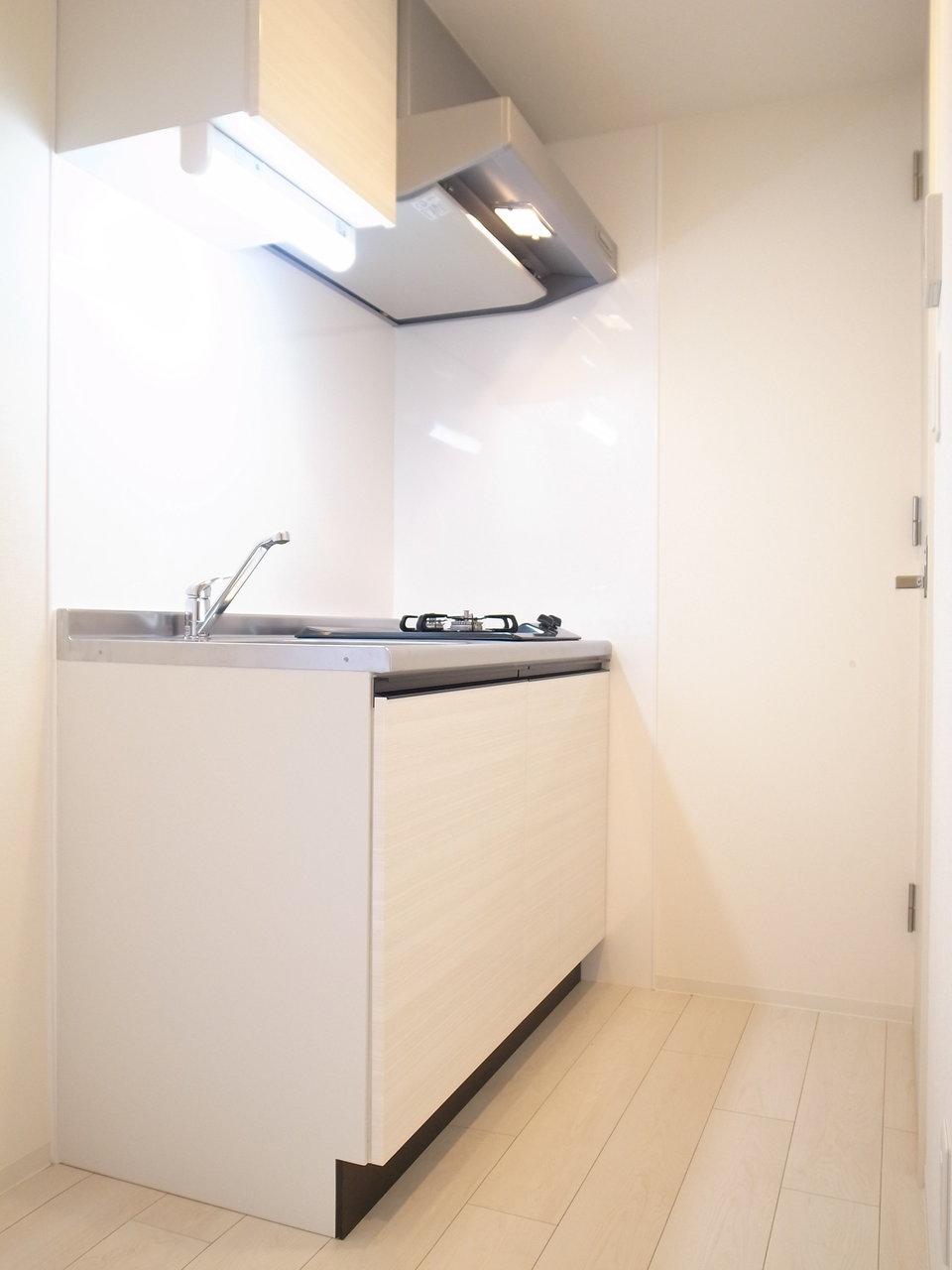 キッチンも白を基調としています。作業スペースはありませんが、二口コンロはなかなかうれしい設備。