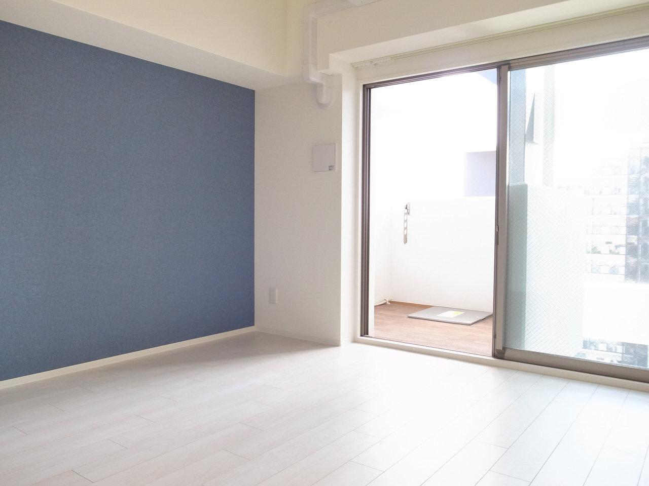 ブルーのクロスが爽やかな、1Kタイプのお部屋。洋室は7畳ですが、部屋に入るたっぷりの光と部屋の色合いの調和があり、思ったよりも広めに感じられます。