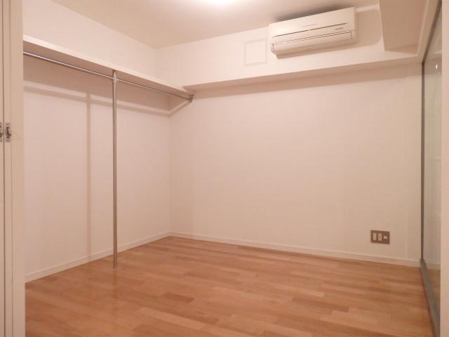 4.6畳の居室にはオープンクローゼットが。こちらはデスクワークスペースにしてもいいですね。