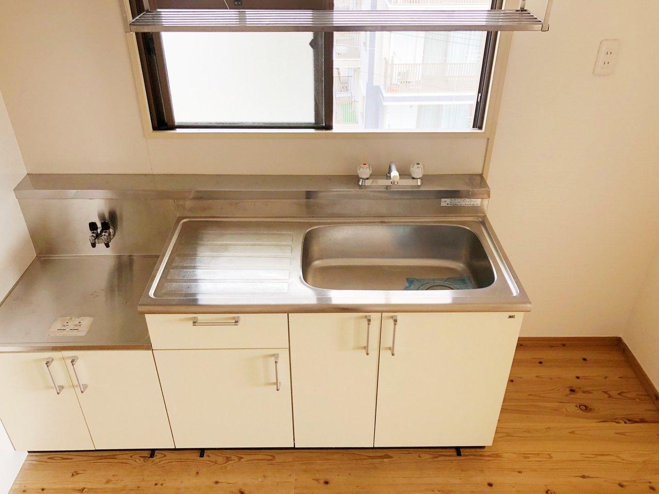 キッチンはこちら。真っ白でシンプル。窓があるのもいいですね。